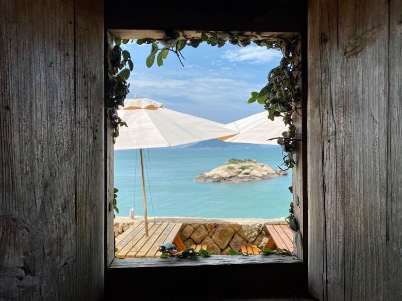 台灣小希臘馬祖芹壁村,石頭屋配上藍綠色漸層大海,一種重回蜜月的浪漫。