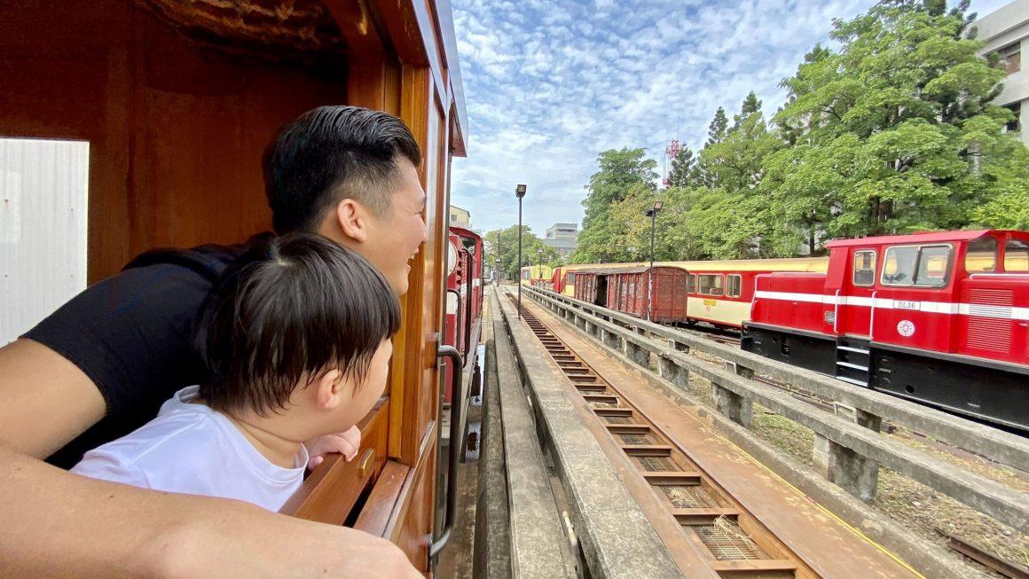 12月底前限定!搭乘全台唯一高級紅檜木列車,聞著淡淡木頭香穿梭嘉義市井間,父子超愛。