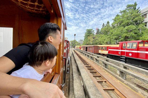 期間限定!搭乘全台唯一高級紅檜木列車,聞著淡淡木頭香穿梭嘉義市井間,父子超愛。