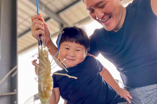 誰說釣蝦是單身的活動?親子釣蝦場正夯!在蘭陽蟹莊釣蝦烤蝦全都自己來,大人小孩笑容藏不住,台灣釣蝦文化好酷!