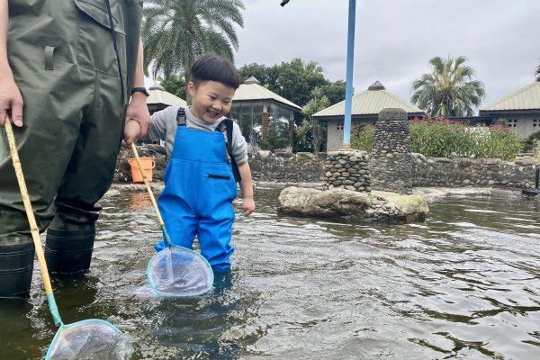渡假村等級的悠閒愜意!輕親魚朵生態園區,坐船看飛魚、撈泰國蝦、吃鹽烤魚、手作虱目魚丸,北台灣最推漁場。